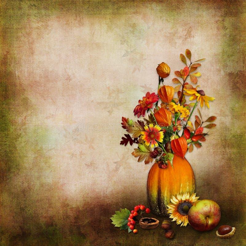 Het boeket van de herfst gaat en bloeit in een vaas van een pompoen op een geïsoleerde achtergrond weg stock fotografie