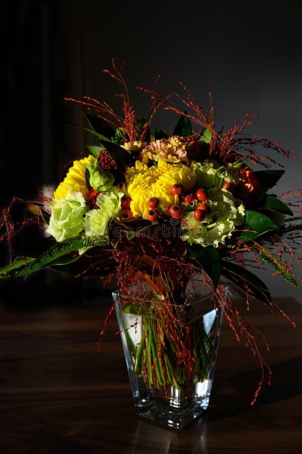 Het boeket van de de herfstbloem, lichte vlekken op kleurrijke bloemen met donkere achtergrond stock afbeeldingen