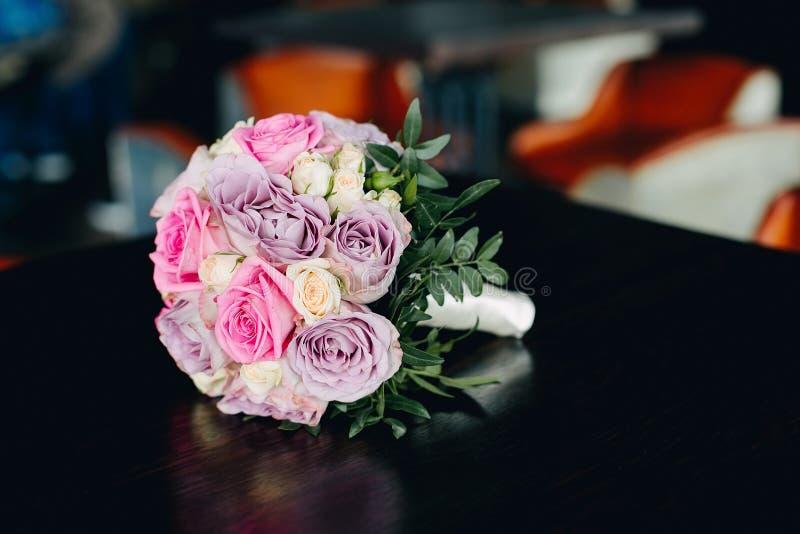 Het boeket van het close-uphuwelijk van roze, violette en witte rozen Uitstekend binnenland in bokeh royalty-vrije stock afbeeldingen