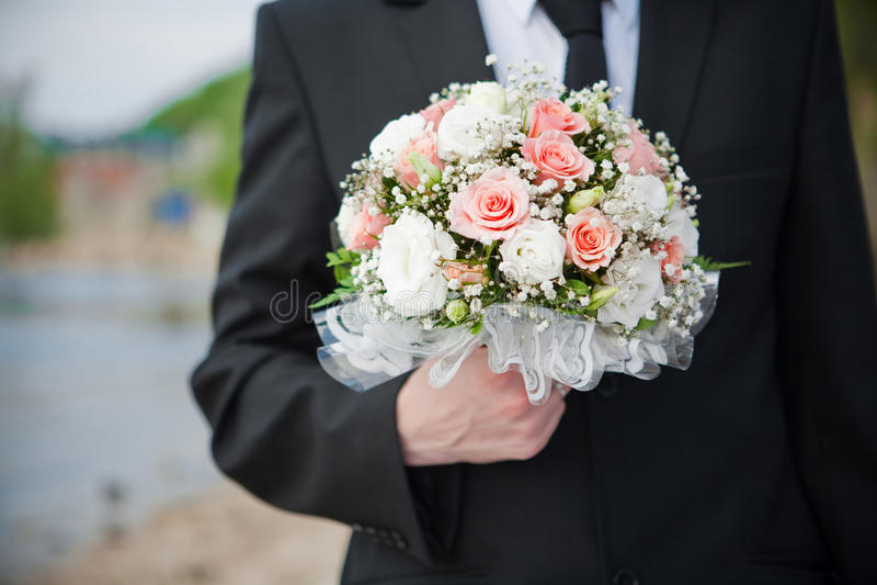 Het boeket van het huwelijk in de hand van een bruidegom royalty-vrije stock foto