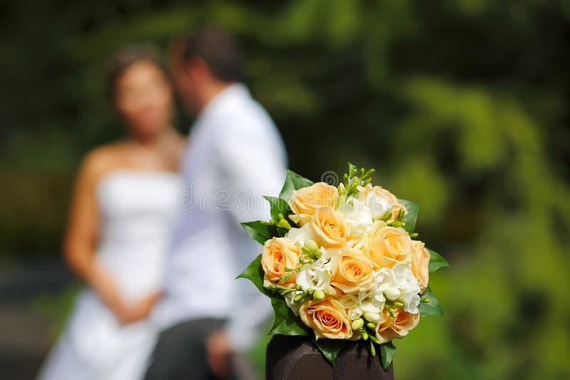 Het boeket van het huwelijk met Bruid en Bruidegom stock afbeeldingen