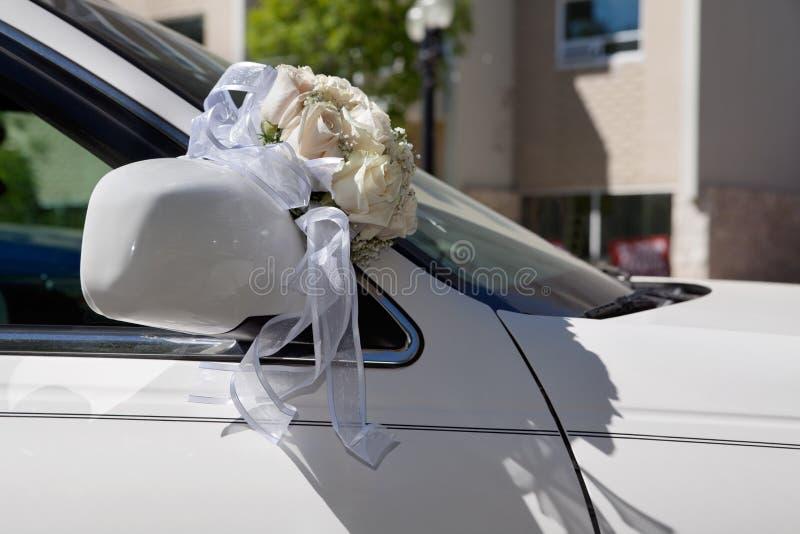 Het Boeket van het huwelijk op Auto stock foto's