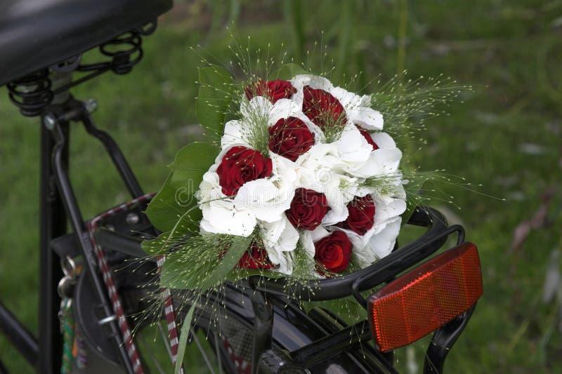 Het boeket van het huwelijk op een fiets royalty-vrije stock afbeeldingen
