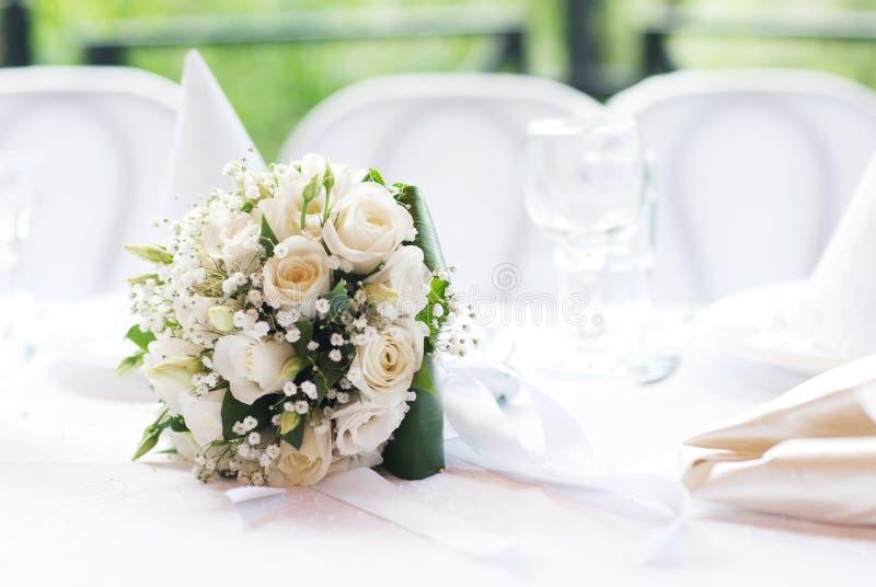 Het boeket van het huwelijk op een lijst stock foto's