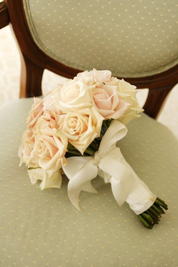 Het Boeket van het huwelijk op Stoel royalty-vrije stock afbeeldingen