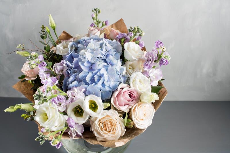 Het boeket van het luxehuwelijk Het concept huwelijk en liefde toebehoren voor enkel gehuwd ceremonieclose-up Verse Bloemen royalty-vrije stock foto's