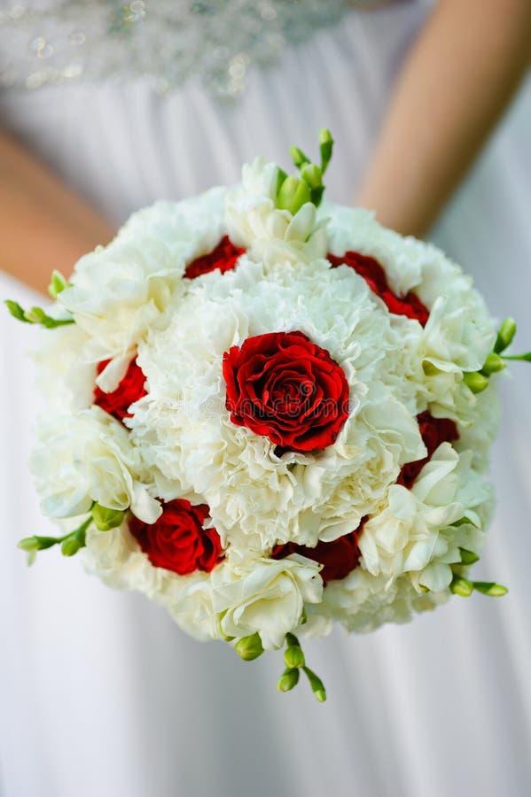 Het boeket van het schoonheidshuwelijk van rode rozen en witte bloemen stock afbeeldingen