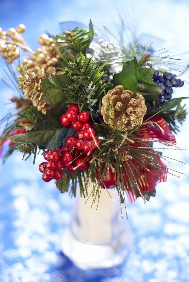 Het boeket van Kerstmis op blauwe achtergrond stock fotografie