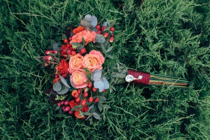 Het boeket van trouwringen en van rozen stock afbeeldingen
