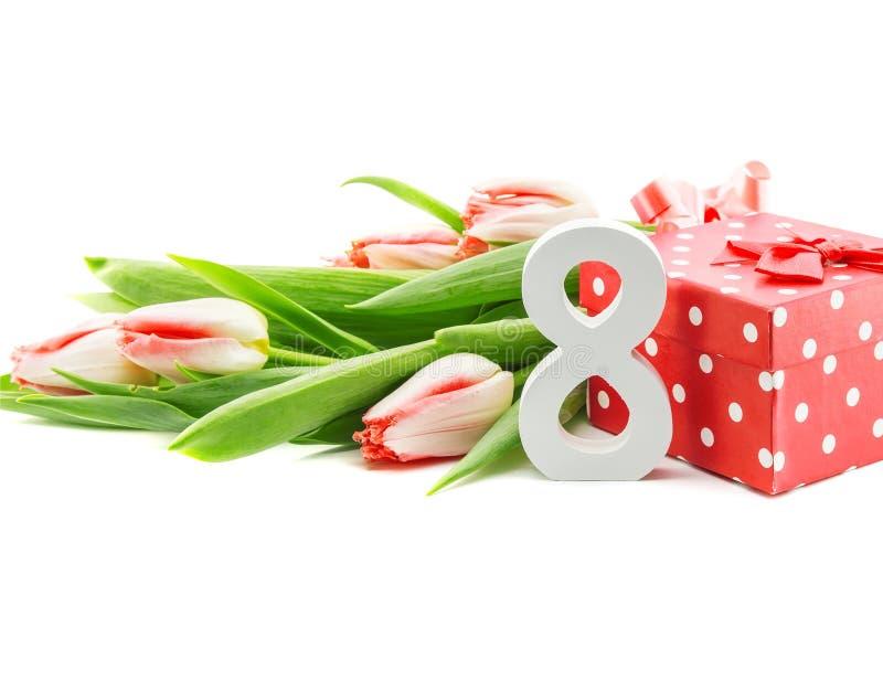 Het boeket van tulpen op witte achtergrond met een rood worden geïsoleerd dat doted stock foto