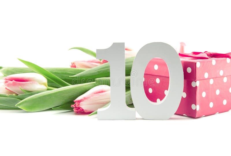 Het boeket van tulpen op witte achtergrond met een rood worden geïsoleerd dat doted royalty-vrije stock afbeelding