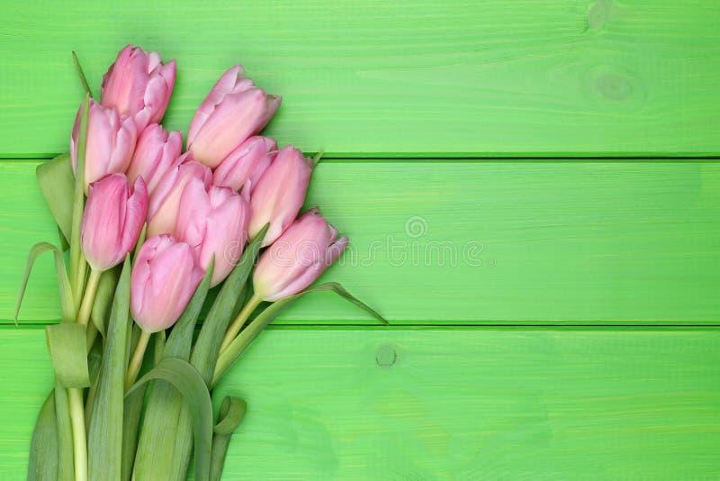 Het boeket van tulpenbloemen in de lente of de dag van de moeder op houten raad stock afbeelding