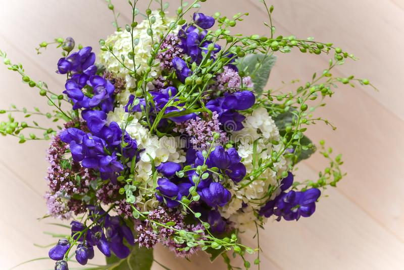 Het boeket van violette bloemen sluit omhoog Vage lichte achtergrond stock afbeeldingen