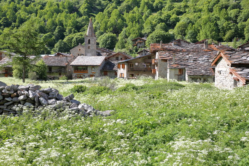 HET BONNEVAL-SUR-ARC, FRANKRIJK: De kerk en de traditionele huizen in het Nationale Park van Vanoise, Noordelijke Alpen royalty-vrije stock fotografie