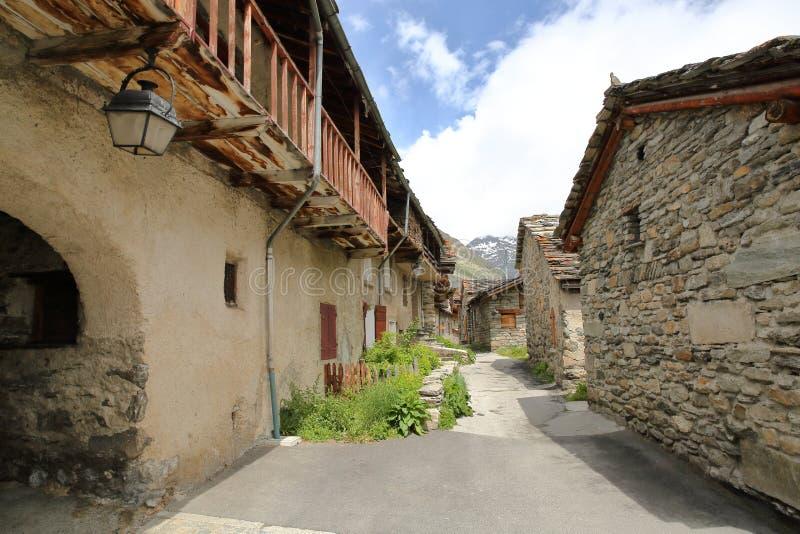 HET BONNEVAL-SUR-ARC, FRANKRIJK: een smalle straat binnen het dorp in het Nationale Park van Vanoise, Noordelijke Alpen stock foto