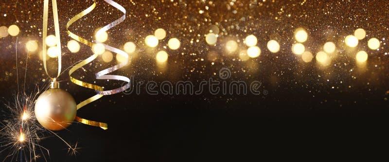 Het boodschappenwagentje met Kerstmisboom en stelt voor stock afbeelding