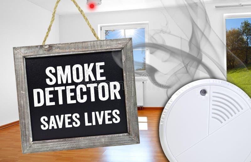 Het bord met rookdetector redt het leven stock afbeelding
