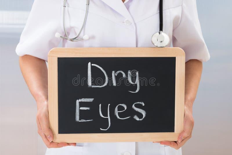 Het bord van de artsenholding met de tekst droge ogen royalty-vrije stock fotografie