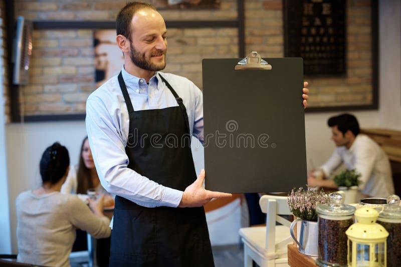 Het bord van de kelnersholding stock afbeelding