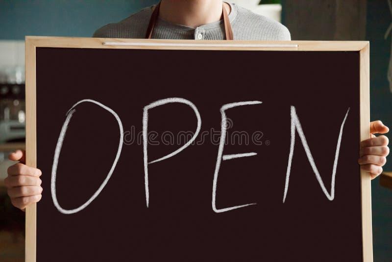 Het bord van de kelnersholding, open restaurant bedrijfsconcept, CLO royalty-vrije stock afbeelding