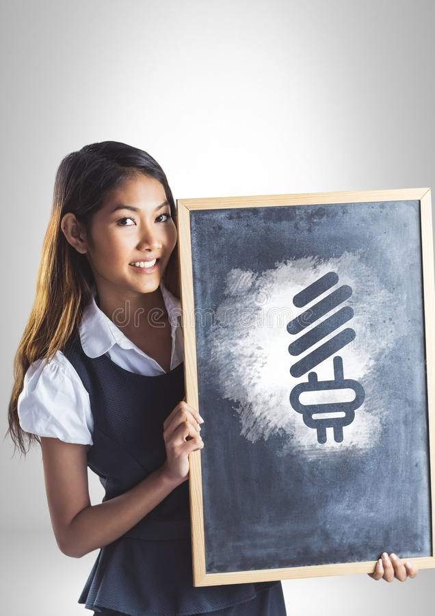 Het bord van de meisjesholding met gloeilampenenergie royalty-vrije stock afbeelding