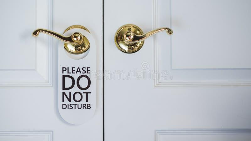 Het bord verstoort niet bij de deur van de hotelkamer royalty-vrije stock foto's
