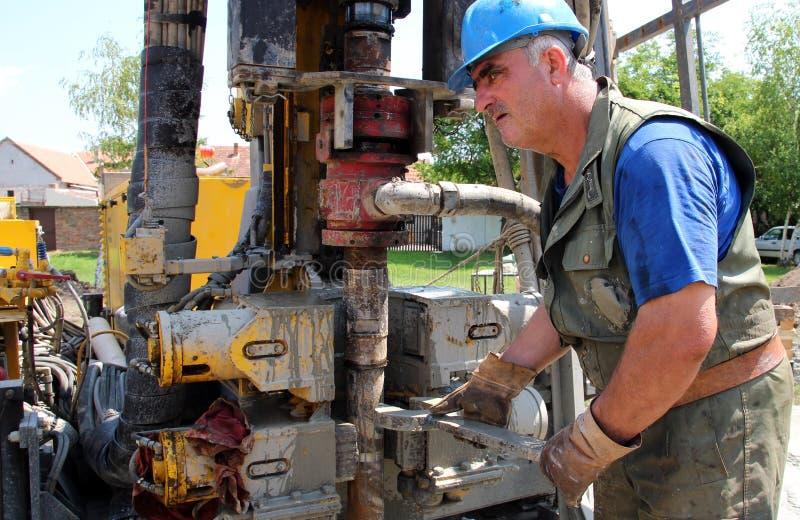 Het Boren van de Arbeider van de olie voor Olie op Installatie stock afbeeldingen