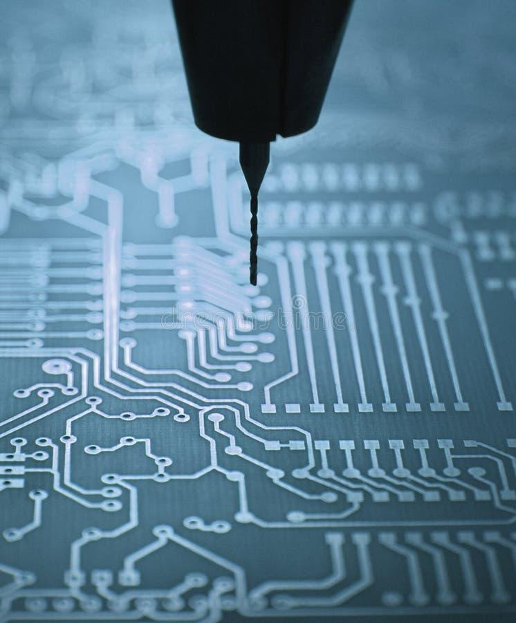 Het boren van een PCB stock foto