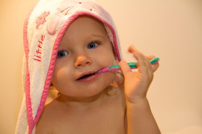 Het borstelen van de peuter tanden 2 royalty-vrije stock afbeeldingen