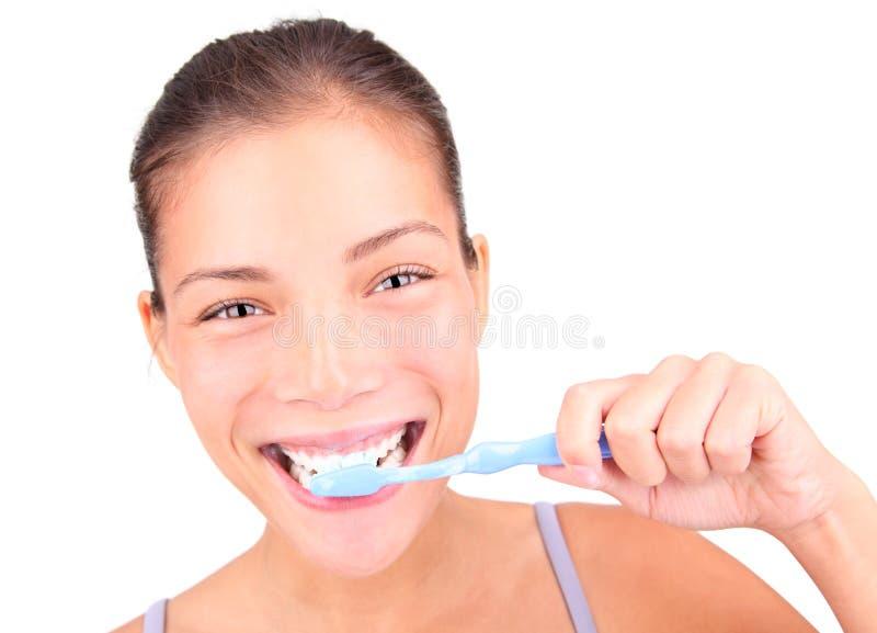 Het borstelen van de vrouw tanden royalty-vrije stock afbeeldingen