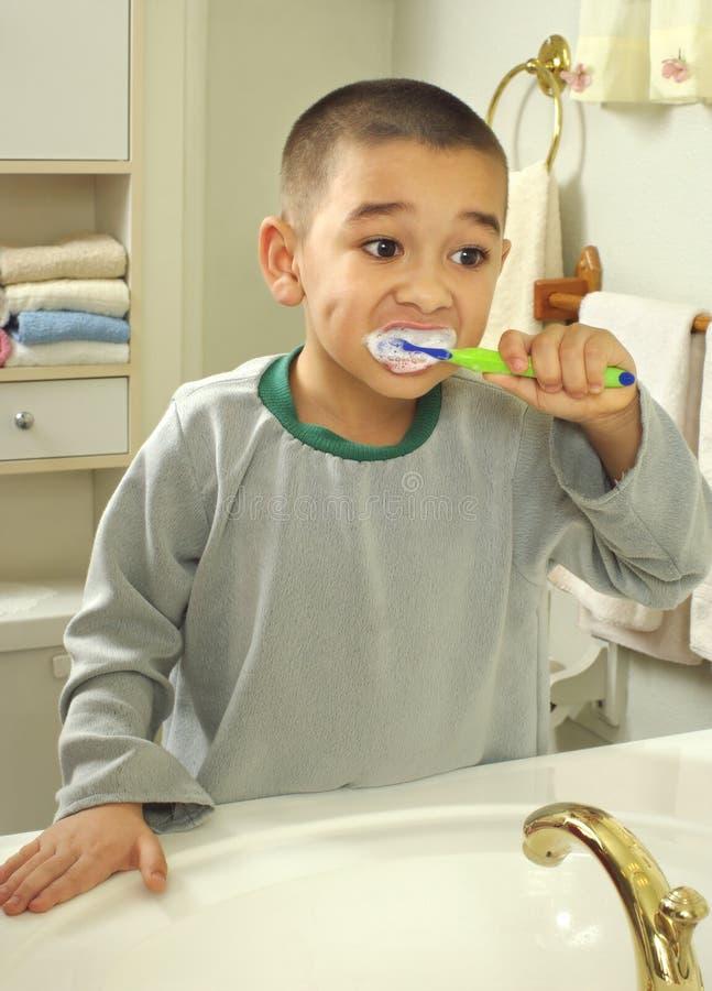 Het borstelen van het jonge geitje tanden stock afbeelding