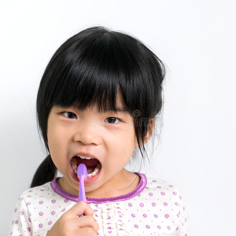 Het borstelen van het kind tanden stock afbeeldingen