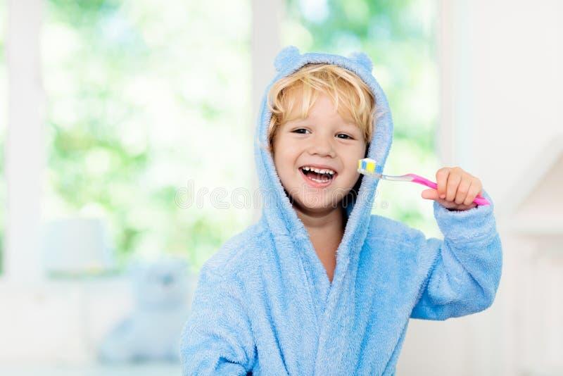 Het borstelen van het kind tanden Jonge geitjestandenborstel stock foto