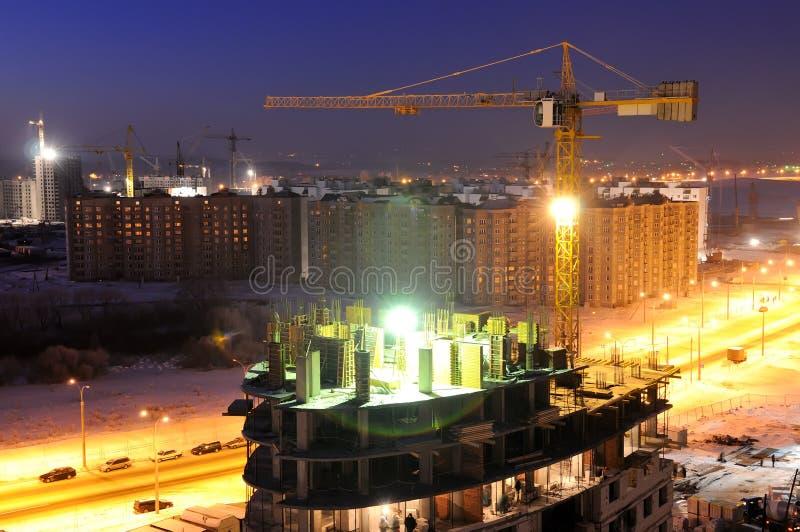 Het bouwterrein van de bouw bij nacht