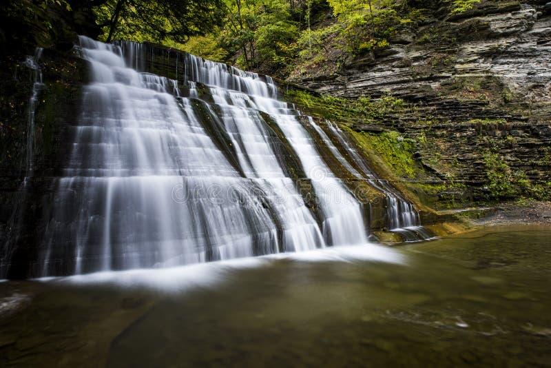 Het bovenleer valt bij het Steenachtige Park van de Kreekstaat - de Waterval en valt/Autumn Colors - New York royalty-vrije stock foto