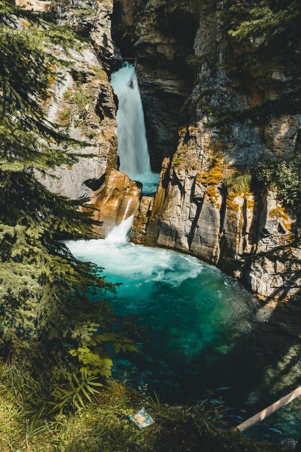Het bovenleer valt Johnston Canyon Waterfall, Banff Nationalpark Canada Alberta royalty-vrije stock afbeeldingen