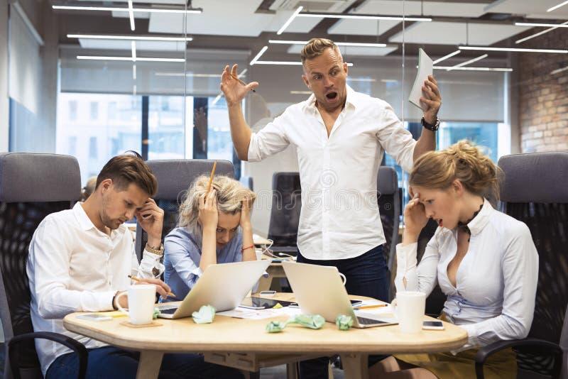Het boze chef- schreeuwen aan werknemers royalty-vrije stock afbeeldingen