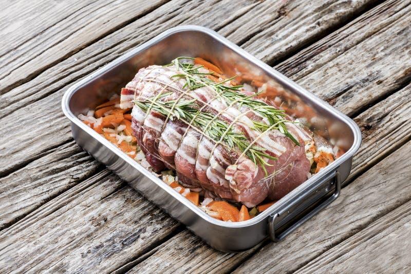 Het braadstuk van het varkensvleeslendestuk met netto, groenten versiert royalty-vrije stock foto's