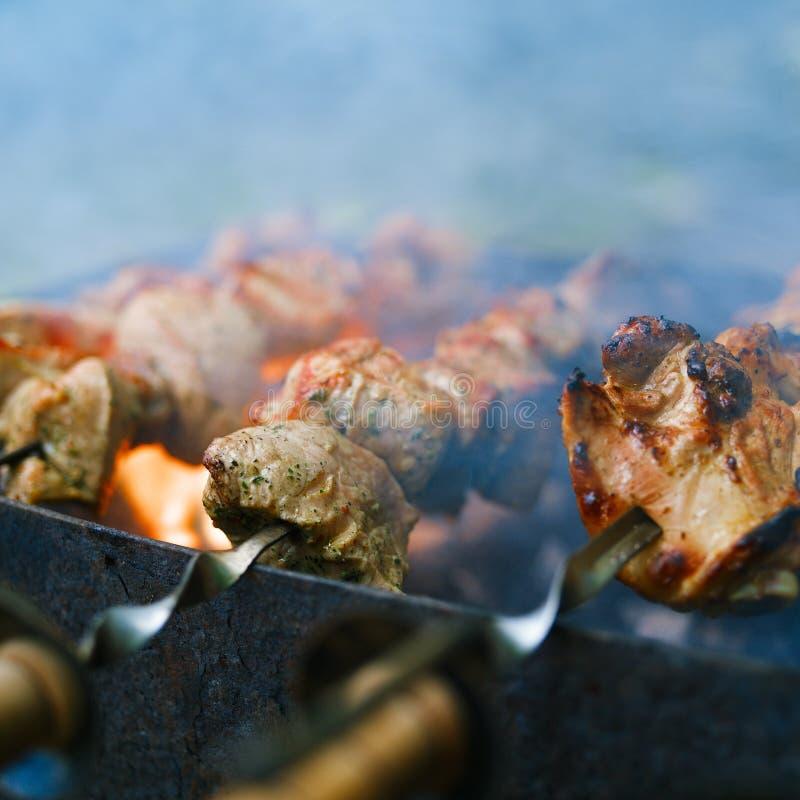 Het braden Kebabs op vleespennen royalty-vrije stock afbeelding
