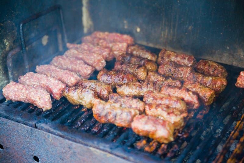 Het Braden Van Het Vlees Bij De Grill Stock Afbeelding