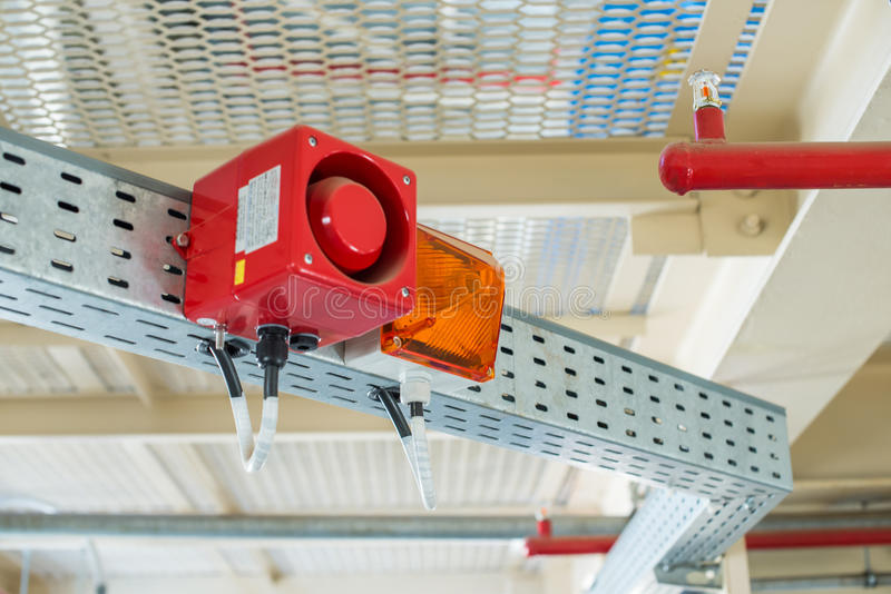 Het brandalarmsysteem De combinatie van correct en licht alarm stock afbeelding