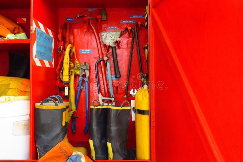 Het brandbestrijdersmateriaal treft voor verrichting in kabinet voorbereidingen royalty-vrije stock afbeelding