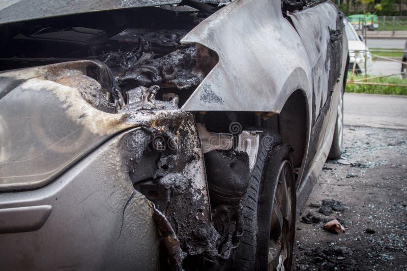 het branden-beneden voordeel van de auto is gedeeltelijk beschadigde koplamp en bumper stock foto
