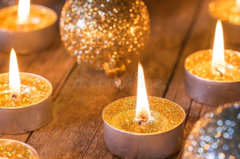 Het branden gouden Komst en Kerstmiskaarsen royalty-vrije stock foto