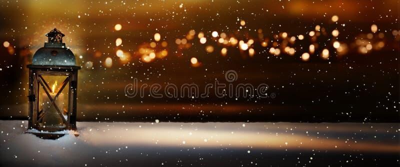Het branden licht in een de winternacht royalty-vrije stock afbeeldingen