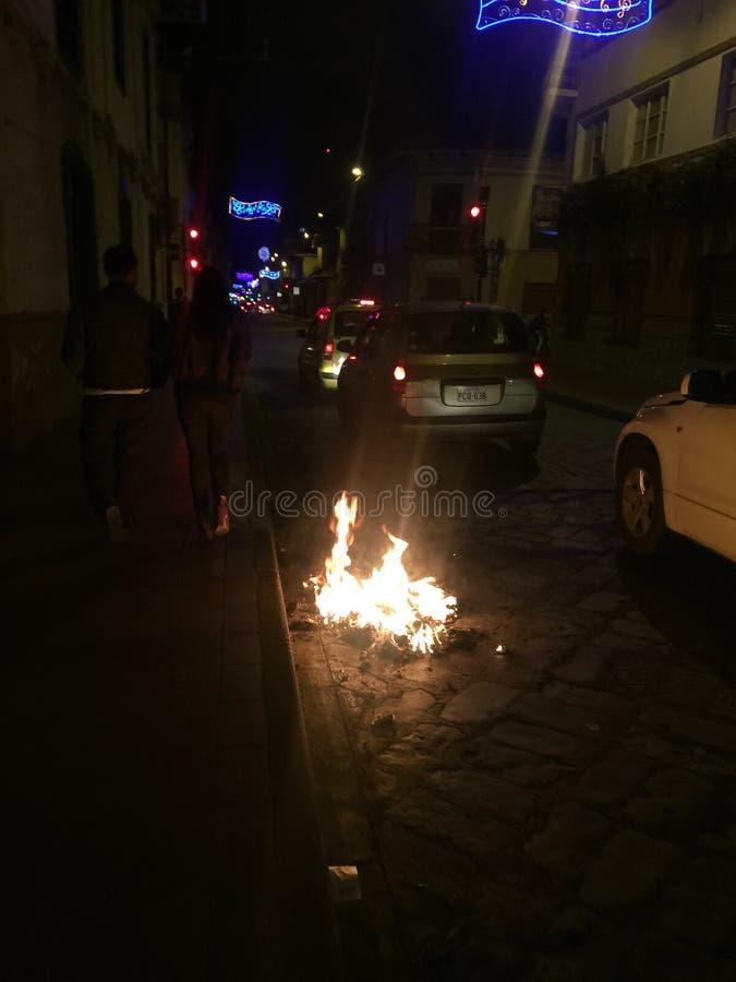Het branden van de Beeltenissen of Viejos in Cuenca Ecuador op Nieuwjarenvooravond stock afbeelding