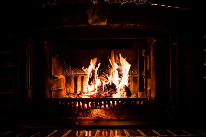 Het Branden van de brand in Open haard royalty-vrije stock afbeeldingen