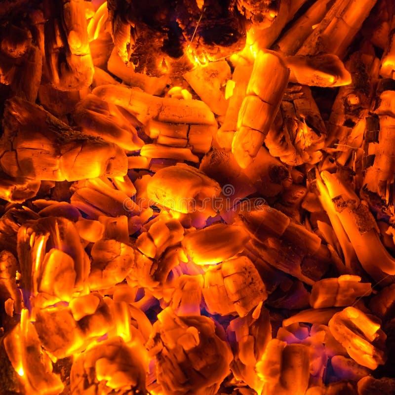 Het branden van de steenkool stock foto's