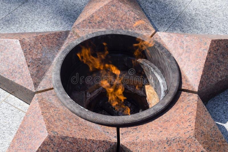 Het branden van eeuwige brand Vijf-gerichte die ster van granietgedenkteken aan het geheugen van gedode militairen wordt gemaakt stock foto's