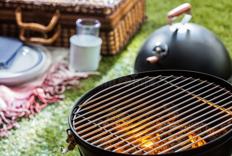 Het branden van hete brand in een draagbare barbecue royalty-vrije stock foto's